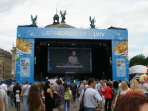 Сцена у львівській фан-зоні біля оперного театру (зближена)