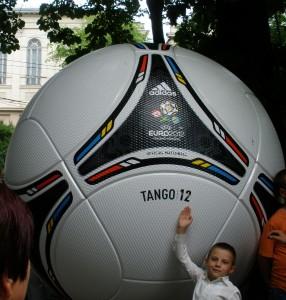 М'яч  у офіційній фан зоні біля оперного театру (Львів)